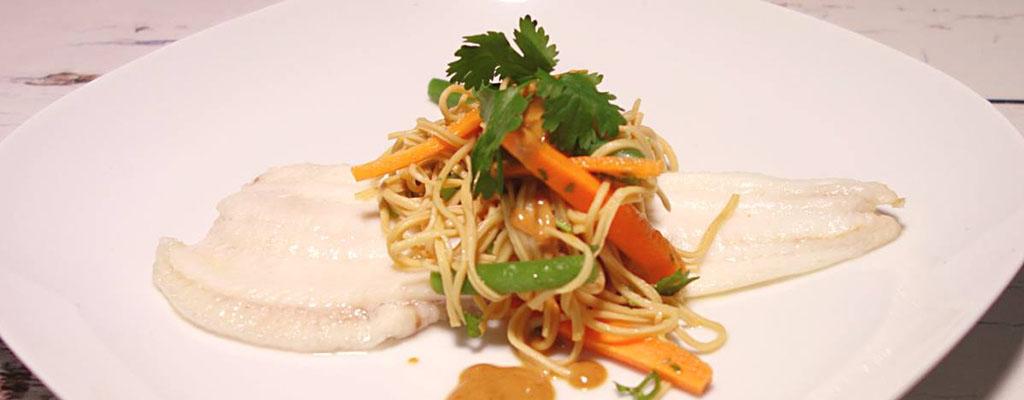 Aziatische Noodles met Pindasaus