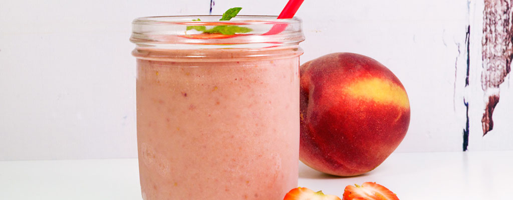 Vezelrijke perzik aardbei smoothie