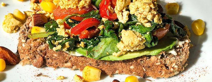 Vezelrijk brood met scrambled tofu